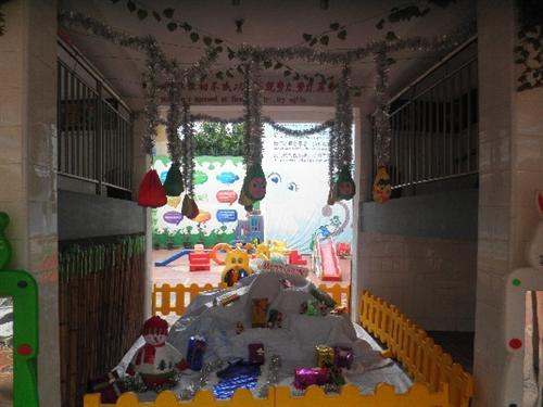 幼儿园动态  四跟大柱子依然是以圣诞树为装饰